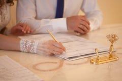 Νύφη και νεόνυμφος στο γραφείο εγγραφής Στοκ φωτογραφία με δικαίωμα ελεύθερης χρήσης