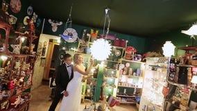 Νύφη και νεόνυμφος στο κατάστημα τέχνης απόθεμα βίντεο