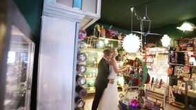 Νύφη και νεόνυμφος στο κατάστημα τέχνης φιλμ μικρού μήκους