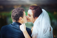 Νύφη και νεόνυμφος στο πάρκο Στοκ φωτογραφία με δικαίωμα ελεύθερης χρήσης