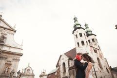 Νύφη και νεόνυμφος στο υπόβαθρο της όμορφης εκκλησίας όμορφο κτήριο παλαιό αρχαιολόγων γάμος Στοκ Εικόνες