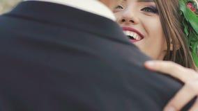 Νύφη και νεόνυμφος στο χορό στο πάρκο αργά απόθεμα βίντεο