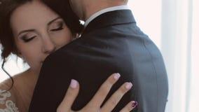 Νύφη και νεόνυμφος Enamoured που εξετάζουν ο ένας τον άλλον με την τρυφερότητα απόθεμα βίντεο