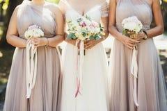 Νύφη και παράνυμφοι με τις ανθοδέσμες φθινοπώρου στοκ φωτογραφίες με δικαίωμα ελεύθερης χρήσης