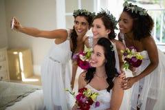 Νύφη και παράνυμφος που παίρνουν selfie στο σπίτι Στοκ φωτογραφία με δικαίωμα ελεύθερης χρήσης
