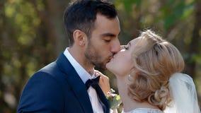 Νύφη και goom φιλί μεταξύ τους φιλμ μικρού μήκους