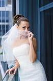 Νύφη κοντά στο παράθυρο Στοκ φωτογραφία με δικαίωμα ελεύθερης χρήσης