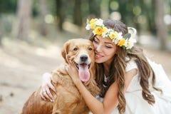 Νύφη με ένα σκυλί στο πάρκο Στοκ φωτογραφία με δικαίωμα ελεύθερης χρήσης