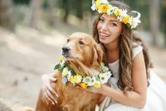 Νύφη με ένα σκυλί στο πάρκο Στοκ Φωτογραφία