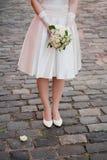 Νύφη με μια ανθοδέσμη των λουλουδιών Στοκ εικόνες με δικαίωμα ελεύθερης χρήσης