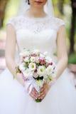 Νύφη με μια ανθοδέσμη στα χέρια Στοκ Εικόνες