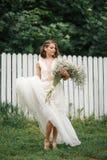 Νύφη με μια μεγάλη ανθοδέσμη Στοκ εικόνα με δικαίωμα ελεύθερης χρήσης