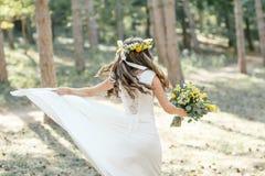 Νύφη με μια μεγάλη ανθοδέσμη Στοκ φωτογραφία με δικαίωμα ελεύθερης χρήσης