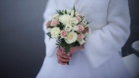 Νύφη με τα λουλούδια διαθέσιμα υπαίθρια Η νύφη είναι νευρική πριν από το γάμο Νύφη που κρατά ένα άρωμα συμπαθητικός γάμος Στοκ εικόνα με δικαίωμα ελεύθερης χρήσης