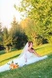Νύφη με τα λουλούδια Στοκ εικόνα με δικαίωμα ελεύθερης χρήσης