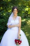 Νύφη με τα όμορφα μάτια σε έναν γάμο ένας περίπατος στα ξύλα Στοκ φωτογραφίες με δικαίωμα ελεύθερης χρήσης