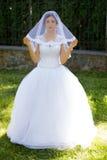 Νύφη με τα όμορφα μάτια σε έναν γάμο ένας περίπατος στα ξύλα Στοκ Φωτογραφία