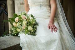 Νύφη με τα όμορφα πράσινα, ρόδινα και άσπρα τριαντάφυλλα Στοκ Εικόνα