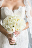 Νύφη με την άσπρη ροδαλή γαμήλια ανθοδέσμη Στοκ Εικόνες