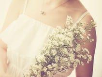 Νύφη με την ανθοδέσμη, κινηματογράφηση σε πρώτο πλάνο με την αναδρομική επίδραση φίλτρων στοκ φωτογραφίες