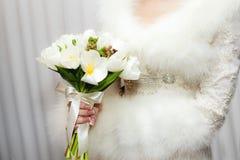 Νύφη με την ανθοδέσμη, κινηματογράφηση σε πρώτο πλάνο Στοκ Φωτογραφίες