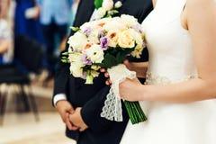 Νύφη με την ανθοδέσμη πολυτέλειας Στοκ Εικόνες