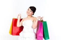Νύφη με την τσάντα αγορών στο άσπρο υπόβαθρο στοκ εικόνα