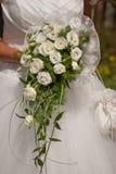 Νύφη με τη νυφική ανθοδέσμη των άσπρων λουλουδιών στοκ εικόνα