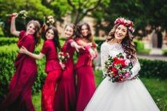 Νύφη με τις παράνυμφους σε ένα πάρκο Στοκ Εικόνες
