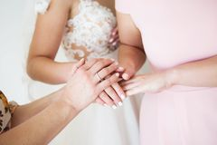 Νύφη με το γαμήλιο χέρι μητέρων γαμήλια ευλογία του πρωινού νυφών του χεριού νυφών της νύφης και της μητέρας Στοκ εικόνα με δικαίωμα ελεύθερης χρήσης