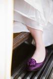 Νύφη με το πορφυρό παπούτσι Στοκ εικόνα με δικαίωμα ελεύθερης χρήσης