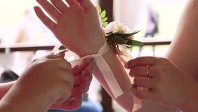 Νύφη παράνυμφων με τη μπουτονιέρα σε ετοιμότητα του απόθεμα βίντεο
