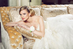 Νύφη που βρίσκεται στον καναπέ στοκ φωτογραφία