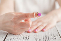 Νύφη που εξετάζει ένα γαμήλιο δαχτυλίδι στοκ φωτογραφία
