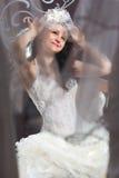 Νύφη που εξετάζει τον καθρέφτη Στοκ φωτογραφία με δικαίωμα ελεύθερης χρήσης