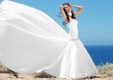 Νύφη που θέτει την εν πλω ακτή Στοκ Εικόνες