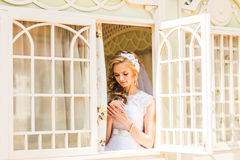 Νύφη που κοιτάζει μέσω του παραθύρου Στοκ εικόνες με δικαίωμα ελεύθερης χρήσης