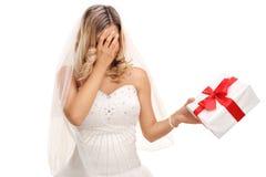 Νύφη που κρατά ένα παρόν στοκ φωτογραφίες με δικαίωμα ελεύθερης χρήσης