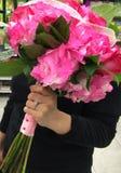 Νύφη που κρατά την κόκκινη ανθοδέσμη τριαντάφυλλων Στοκ Φωτογραφία