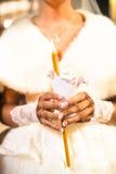Νύφη που κρατά το κερί κατά τη διάρκεια της γαμήλιας τελετής Στοκ φωτογραφία με δικαίωμα ελεύθερης χρήσης