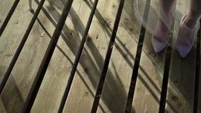 Νύφη που μένει στο ξύλινο γραφείο στα παπούτσια και το πέπλο απόθεμα βίντεο