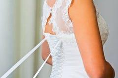 νύφη που παίρνει έτοιμη Ντύνοντας εσθήτα Στοκ Φωτογραφίες