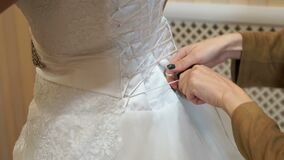 Νύφη που παίρνει ντυμένη επάνω για το γάμο φιλμ μικρού μήκους