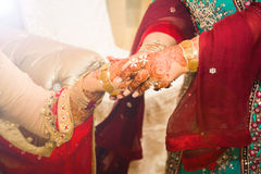 Νύφη που παίρνει τις χρυσές διακοσμήσεις στρέψτε μαλακό Στοκ Εικόνα