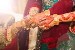 Νύφη που παίρνει τις χρυσές διακοσμήσεις στρέψτε μαλακό Στοκ Φωτογραφία