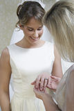 Νύφη που παρουσιάζει γαμήλιο δαχτυλίδι στη μητέρα στοκ φωτογραφία