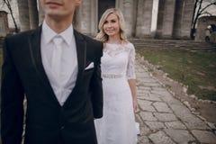 Νύφη που περπατά στη χρυσή φύση φθινοπώρου Στοκ Εικόνες