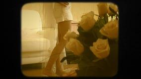 Νύφη που περπατά στο δωμάτιο φιλμ μικρού μήκους