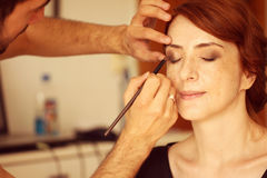 Νύφη που προετοιμάζεται για το γάμο της makeup Στοκ Εικόνα