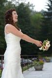 Νύφη που ρίχνει την ανθοδέσμη λουλουδιών Στοκ φωτογραφία με δικαίωμα ελεύθερης χρήσης